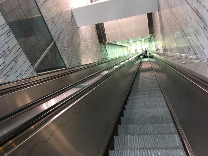 はるか地底まで続く地下鉄へのエスカレーター