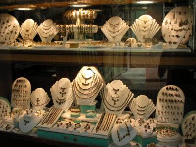 街の至る所にガーネットの宝石屋さんがあります