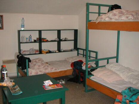 必要最低限の物のみ設置されています。ホステル6人部屋