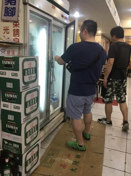 台湾夜市のビールセルフサービス