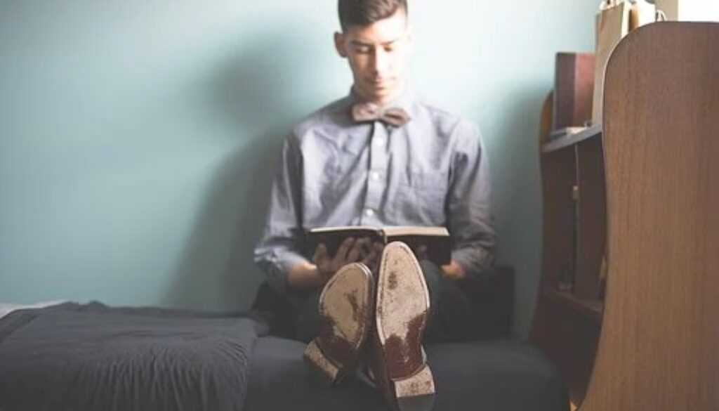 ベッドに座る男性の写真