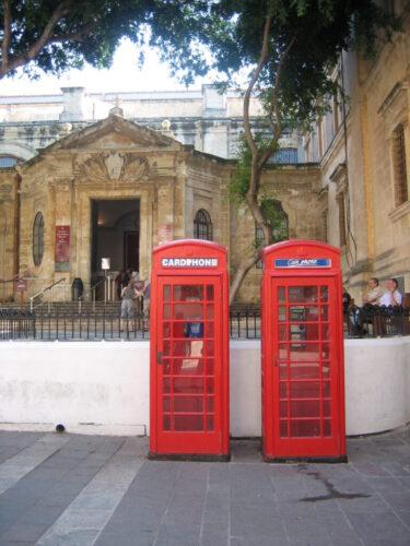 かつてのイギリス統治下であったことがうかがえる赤い電話ボックス
