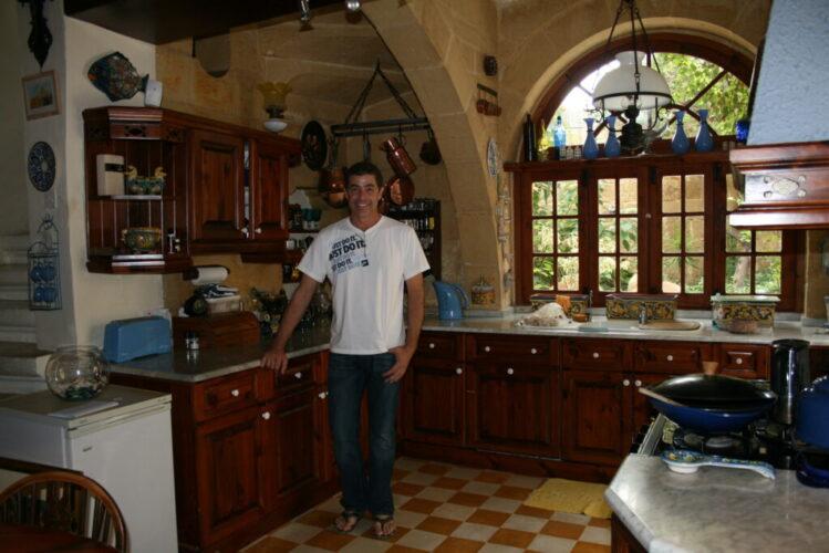 オーナーの家の広いキッチン。インテリアもお洒落でした。