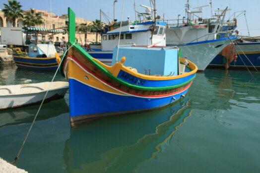 マルタ本島最大の漁村であるマルサシュロックに行くと絵のような風景が楽しめます。