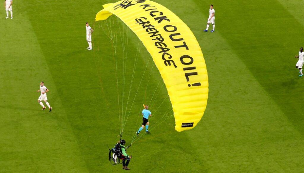 skynews-euro-2020-munich-parachute_5416326